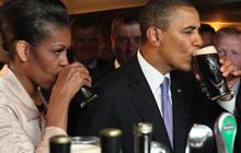 Obama drinks Guinness in Ireland