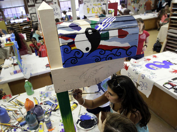 来自纽约州Bellmore的17岁的维多利亚·桑托雷利(Victoria Santorelli)描绘了一个邮箱,将于7月在弗吉尼亚州米德尔堡的Foxcroft学校校园举办的Project Common Bond艺术课上在纽约世贸遗址的全国9月11日纪念馆展出。项目Common Bond将9/11受害者的后代与其他青少年聚集在一起,这些青少年失去了家人,成为世界各地的恐怖行为。