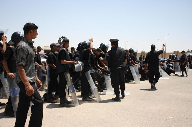 Crowd reacts outside Mubarak trial