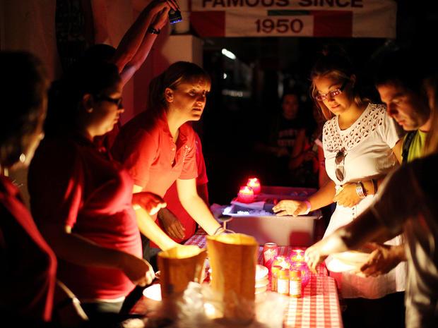 圣地亚哥的比萨饼餐厅在黑暗中供应晚餐