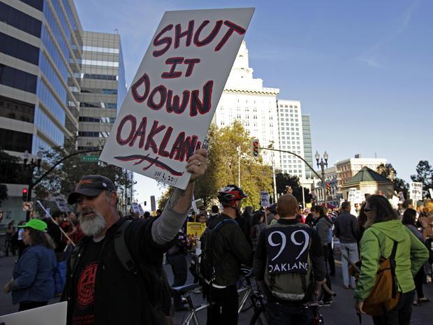 2011年11月2日,占领奥克兰的抗议者关闭了位于加利福尼亚州奥克兰市中心的第14和百老汇交汇处。奥克兰的全市总罢工,上周警察强行拆除他们的市政厅营地后,占领了抗议者的匆忙计划和雄心勃勃的行动,在他们看来,寻求关闭奥克兰港和其他符号的金融贪婪。