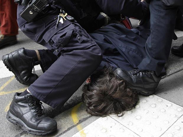2011年11月17日,在纽约,一名警察踩到了占领华尔街运动的示威者的头上。