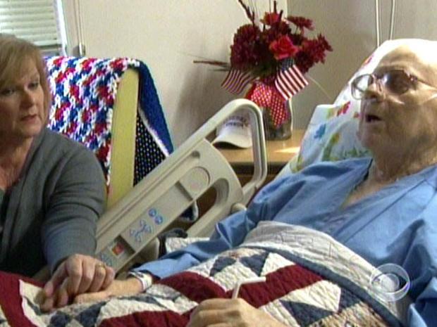 芭芭拉·斯塔德勒(Barbara Stadler)是退伍军人事务所的一名员工,他在该医院的临终计划中担任志愿者,掌握着韩国战争导师理查德·穆勒(Richard Murley)的手。