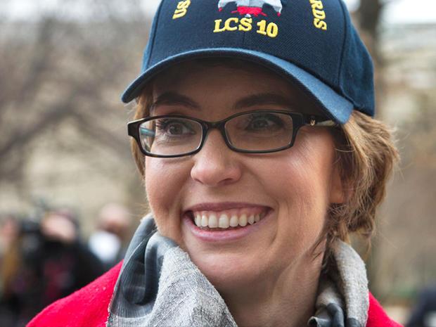 前亚利桑那州众议员加布里埃尔吉福兹将于2012年2月10日星期五在五角大楼参加仪式,以揭开加布里埃尔吉福兹号战舰的号码。海军已为加利福尼亚吉福兹(Gabrielle Giffords)命名一艘船,这位来自亚利桑那州的退休女议员正在从2011年1月收到的枪伤中恢复过来。