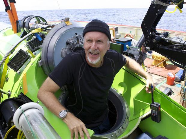 在成功独自潜入马里亚纳海沟后,詹姆斯卡梅隆从Deepsea Challenger潜水器中脱颖而出