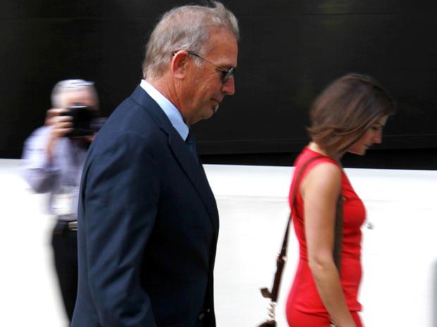 演员凯文科斯特纳于2012年6月4日抵达新奥尔良联邦法院。