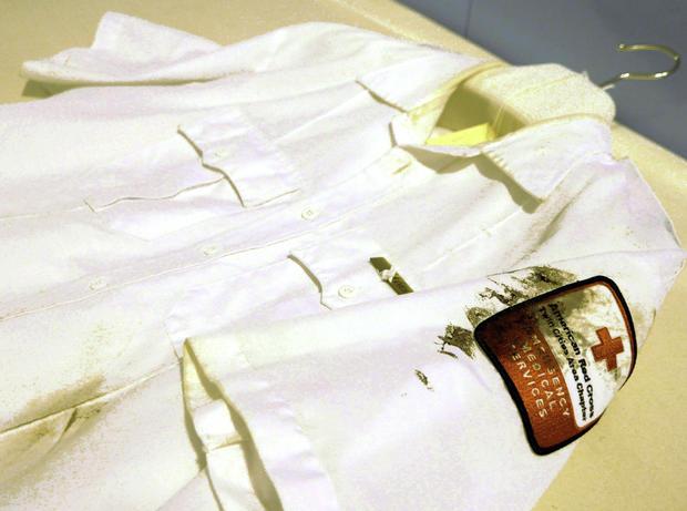2007年8月1日在明尼阿波利斯举行的35W州际35W桥倒塌的第一响应者之一的衬衫是明尼苏达历史中心收集文物的一部分。