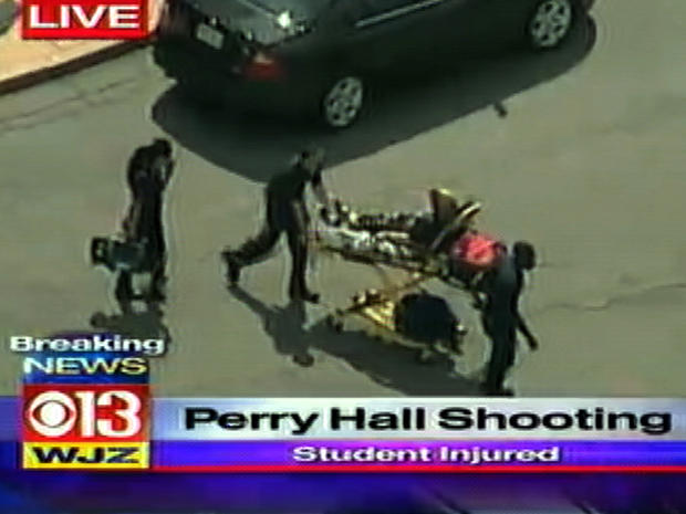 2012年8月27日,在马里兰州Perry Hall的Perry Hall高中拍摄后,一名病人在担架上被看见。