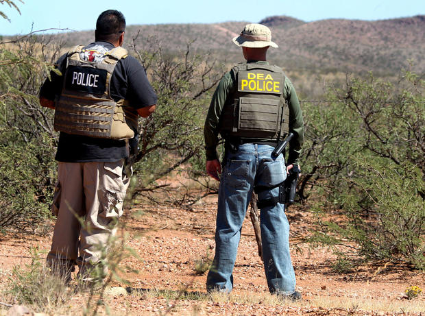 DET。在周二,2012年10月2日星期二,边境巡警特工被杀后,比尔席尔瓦离开,与比斯比警察局以及缉毒局的一名未具名代理人在亚利桑那州纳科以东巡逻一条围栏。
