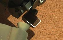 Mars Curiosity rover scoops up Martian dirt