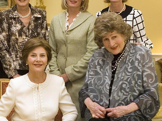 2007年10月9日,第一夫人劳拉·布什(左)和莱蒂娅·鲍德里奇在白宫为肯尼迪政府期间的社会秘书颁奖。