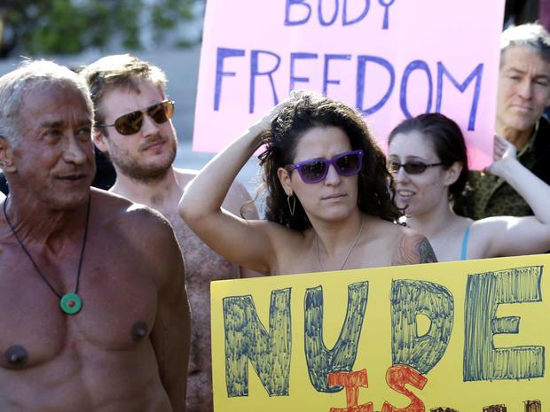 2012年11月14日星期三,示威者聚集在旧金山市政厅外,抗议拟议的全市裸体禁令。