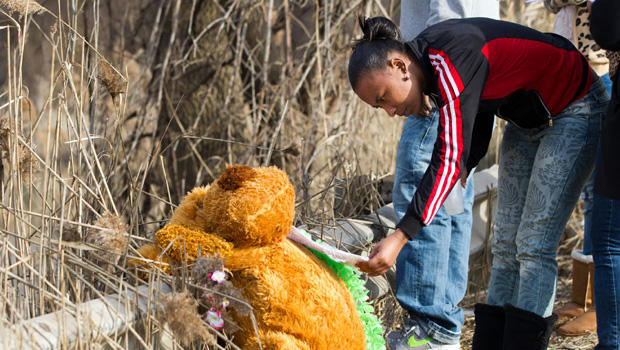 Mindy Morgan reads a note at the memorial where six teens were killed in a car crash on Park Ave. in Warren, Ohio on Sunday, March 10, 2013.