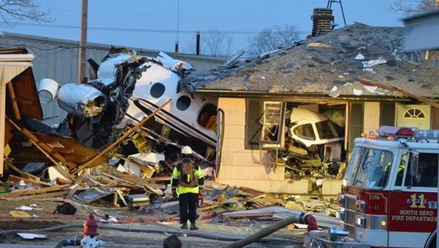 在印第安纳州南本德的一个小飞机撞到几个房子的场景。