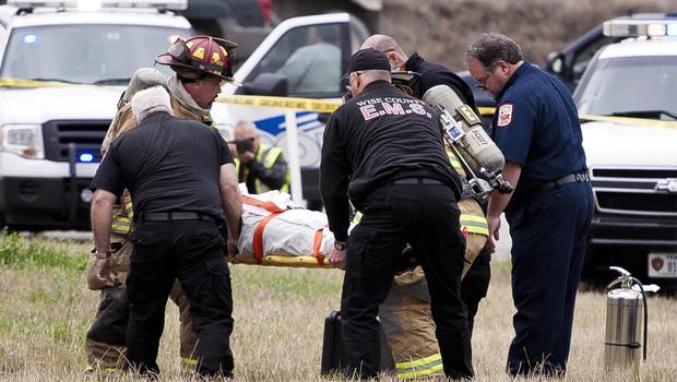 在德克萨斯州北部的汽车追逐和撞车后,嫌疑人被抬上担架。