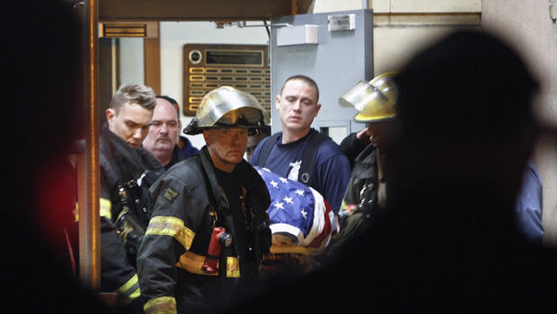 2013年4月6日星期六,在费城托马斯杰斐逊医院,消防队员带着堕落的消防队员迈克尔古德温上尉。