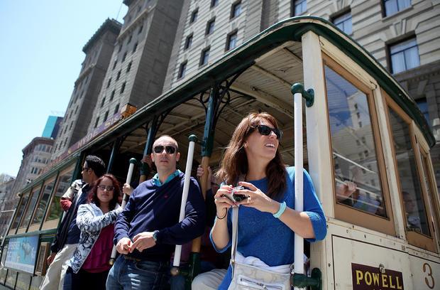 2011年6月9日,在加利福尼亚州旧金山,乘客乘坐缆车前往鲍威尔街。