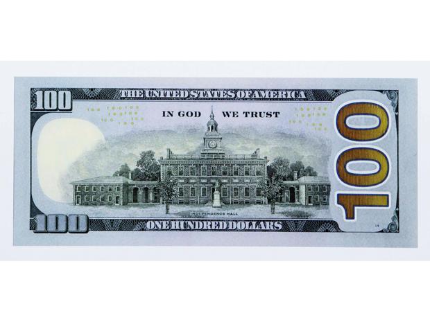 新的100美元账单的反面显示在2010年4月21日。