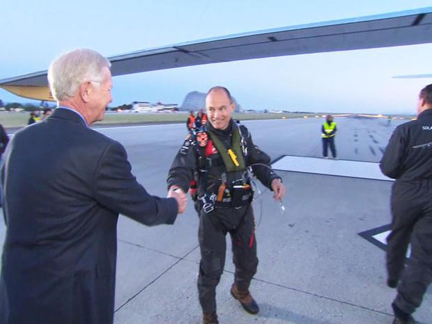 退役飞行员Sully Sullenberger仔细研究了Solar Impulse。