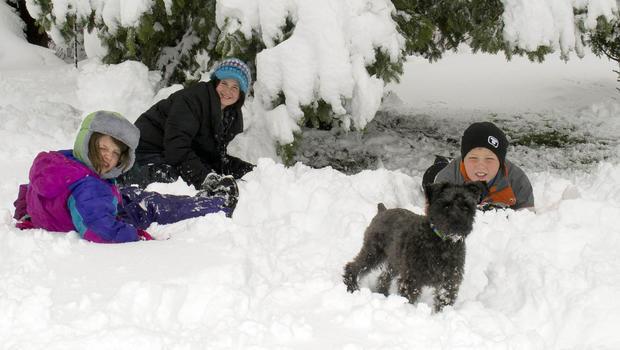 在这张照片中,Cory Howe摄影,Averie和Emma Howe,左起,和Sam Pfieffer,右,在2013年5月2日星期四在明尼苏达州Owatonna举行的学校下雪日。五月暴风雪倾盆大雪在明尼苏达州和威斯康星州,导致数十个学区取消了课程。