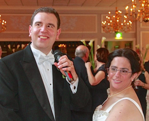 在这张照片由布鲁斯·普雷斯纳(Bruce Presner)于2002年4月7日拍摄,与他的新婚妻子哈瓦·萨缪尔斯(Hava Samuels)一起,保罗·法齐亚诺(Paul Farziano)在纽约韦丁河(Wading River)东风(East Wind)举行的情人节婚礼当天向观众唱歌。