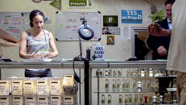 Nicole Denis,左,和Brennan Thicke,帮助填写2013年5月14日在加利福尼亚威尼斯威尼斯海滩护理中心医用大麻药房的医用大麻处方。