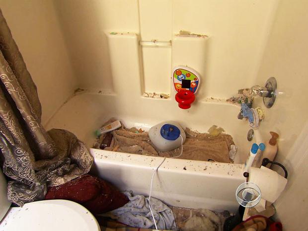 杰米·法维尔(Jamie Falwell)和儿子一起在浴缸里寻求避风港。