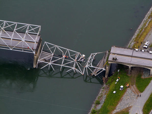 2013年5月24日在鸟瞰图中可以看到Skagit河上的5号州际公路大桥的倒塌部分。