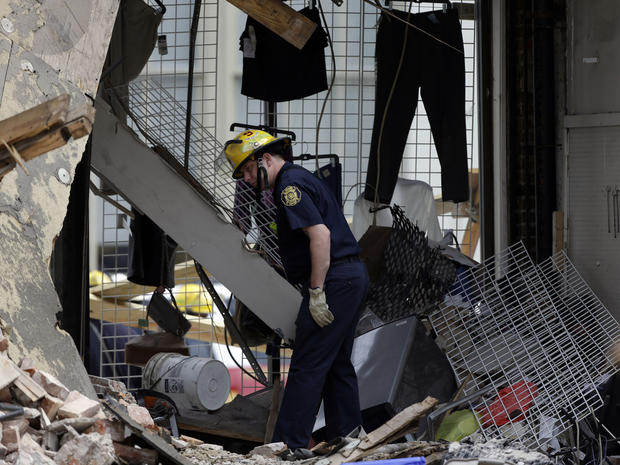 2013年6月6日星期四,消防队员在费城完成建筑物倒塌的后果。周三,拆迁建筑倒塌到邻近的旧货店,造成6人死亡,13人受伤。