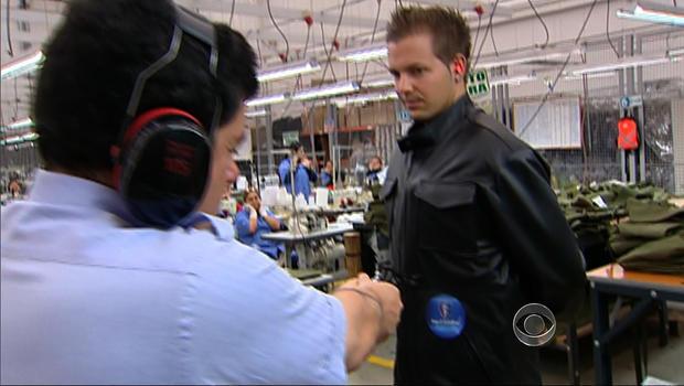 Miguel Caballero在一位勇敢的参与者身上展示了他的新产品
