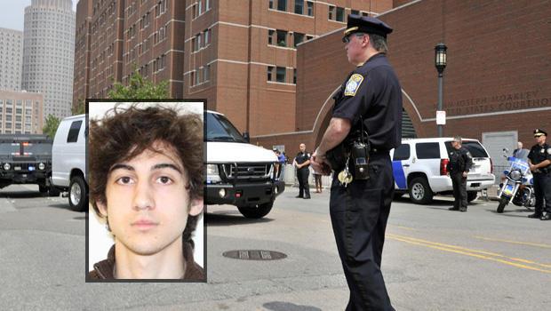 据信于2013年7月10日星期三在波士顿举行的一次美国元帅的货车,据信将携带波士顿马拉松爆炸案的嫌犯Dzhokhar Tsarnaev到达联邦法院。