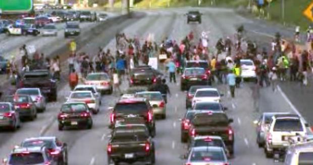 抗议者于2013年7月14日在加利福尼亚州洛杉矶停止I-10交通。