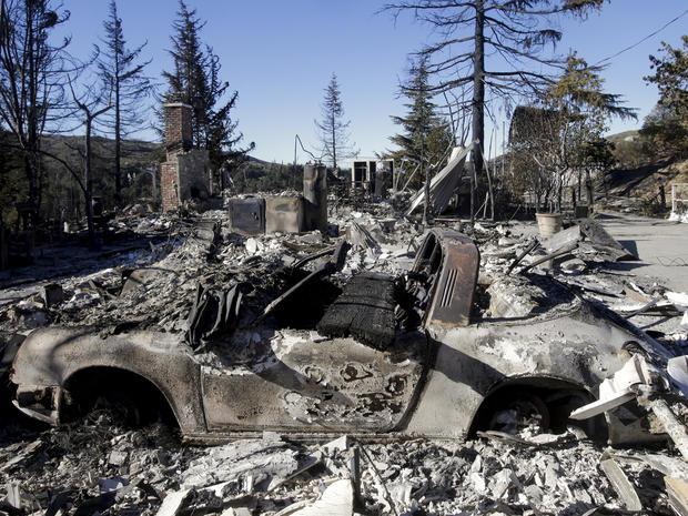 2013年8月9日,在加利福尼亚州班宁附近,可以看到被银色野火摧毁的房屋和汽车的遗骸。