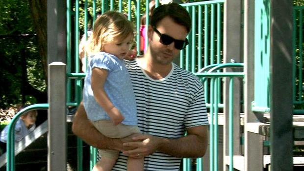 音乐制作人David Bruner和他的女儿Mae。