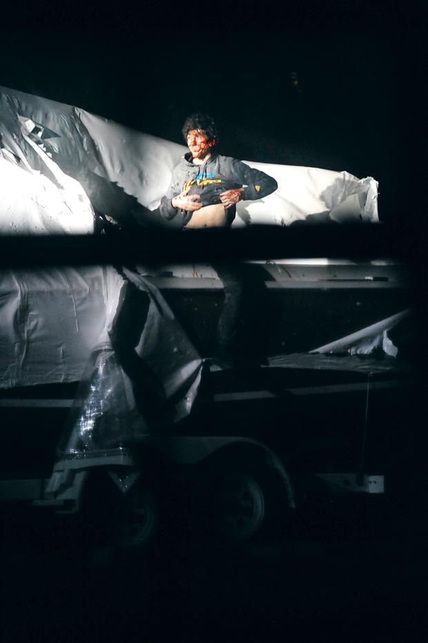 在这张中士拍的照片中。肖恩·墨菲出版于BostonMagazine.com,波士顿爆炸案中的嫌犯Dzhokhar Tsarnaev于4月19日从一艘他躲藏的船上爬出来。