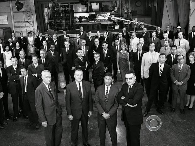 Walter Cronkite和他的一些工作人员。