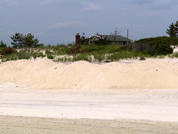 虽然一些沿海城镇称沙丘提供保护,但其他人说他们不会阻止超级风暴桑迪的大规模激增。