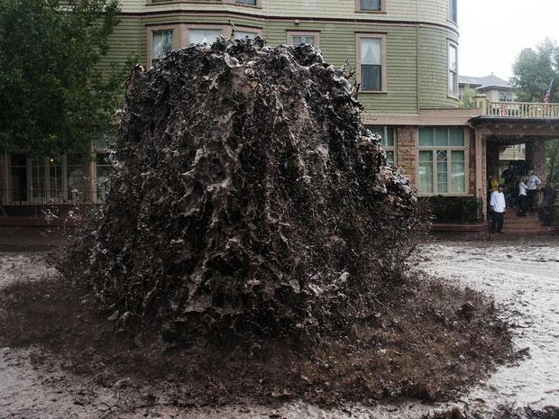 2013年9月12日,在科罗拉多州马尼托斯普林斯的Cliff House旁边的一条下水道里,洪水泛滥。