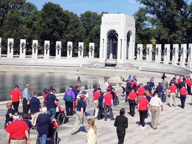 本杰明乔伊纳与其他90名退伍军人一起抵达第二次世界大战纪念馆。