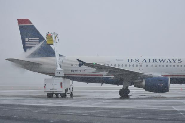 利哈伊谷国际机场的一名工人致力于对飞机进行除冰和防冰处理