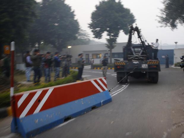 India.barricade.AP692556834528.jpg