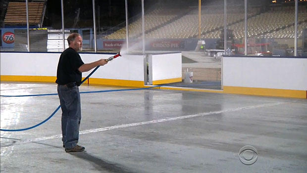 Dan Craig负责建造在道奇体育场内场的16,000平方英尺的溜冰场。