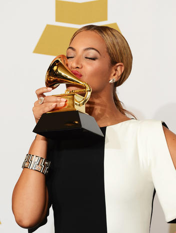 Valentine's Day: Celebrity kisses