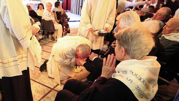 pope-kisses-feet.jpg