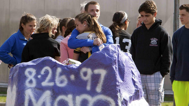 2014年4月25日,学生们在康涅狄格州米尔福德的Jonathan Law高中面前哀悼。一名16岁的女孩在学校内的一次袭击中丧生。