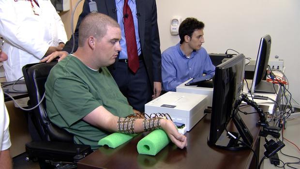 Il ragazzo giovane con dei sensori sul braccio tanti braccialetti contornati di sensori