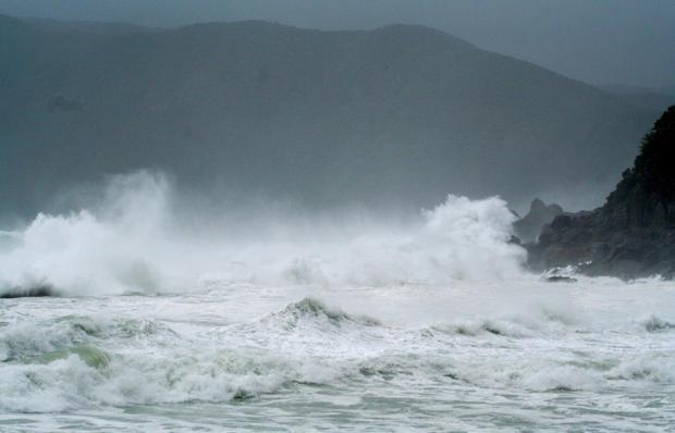 Typhoon sweeps into Japan
