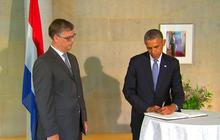 Obama visits Netherlands Embassy to offer condolences for MH17 victims