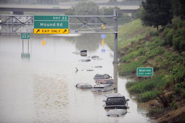 汽车在2014年8月12日在密歇根州沃伦市的I-696号水域被困。