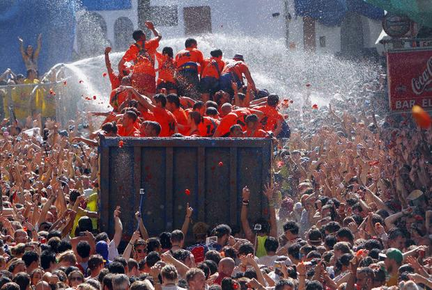 Giant tomato fight erupts in Spain